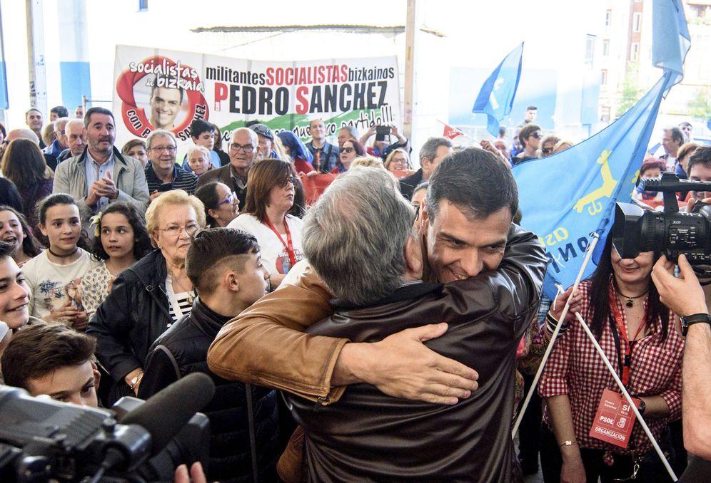 Foto: Pedro Sánchez saluda a simpatizantes y militantes en Basauri, Bizkaia, este 7 de abril. (EFE)