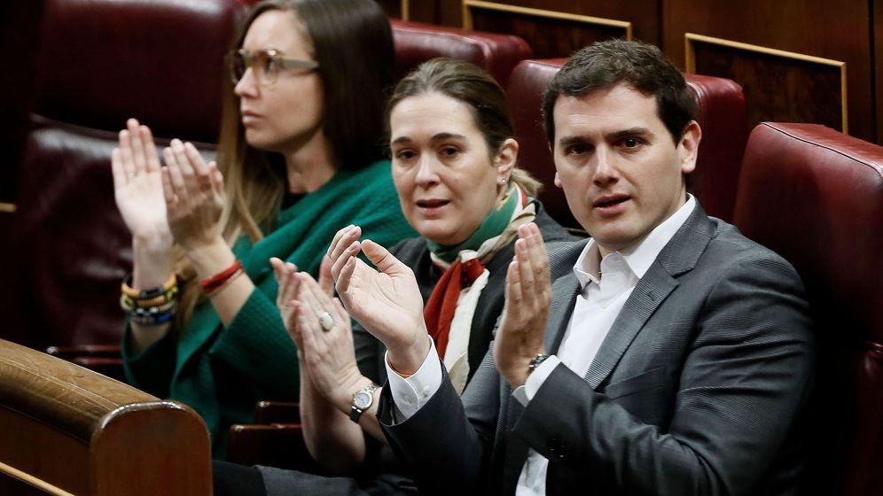 Foto: Albert Rivera y dos diputadas de Ciudadanos aplauden la intervención de su portavoz en el pleno del Congreso. (EFE)