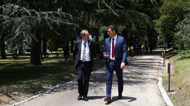 Pedro Sánchez y Quim Torra charlan en los jardines de La Moncloa. (EFE)