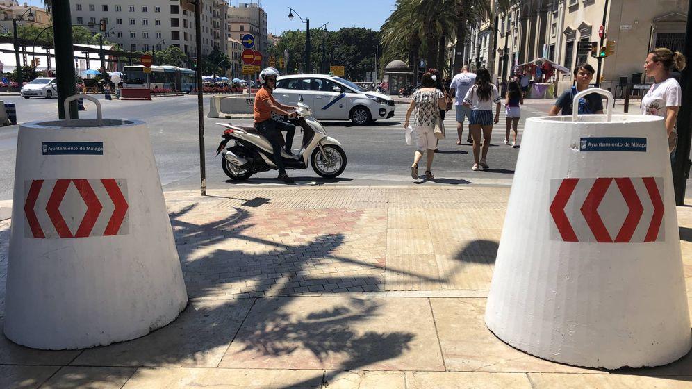 Foto: Bloques de hormigón a la entrada de la Feria del Centro de Málaga. (Agustín Rivera)