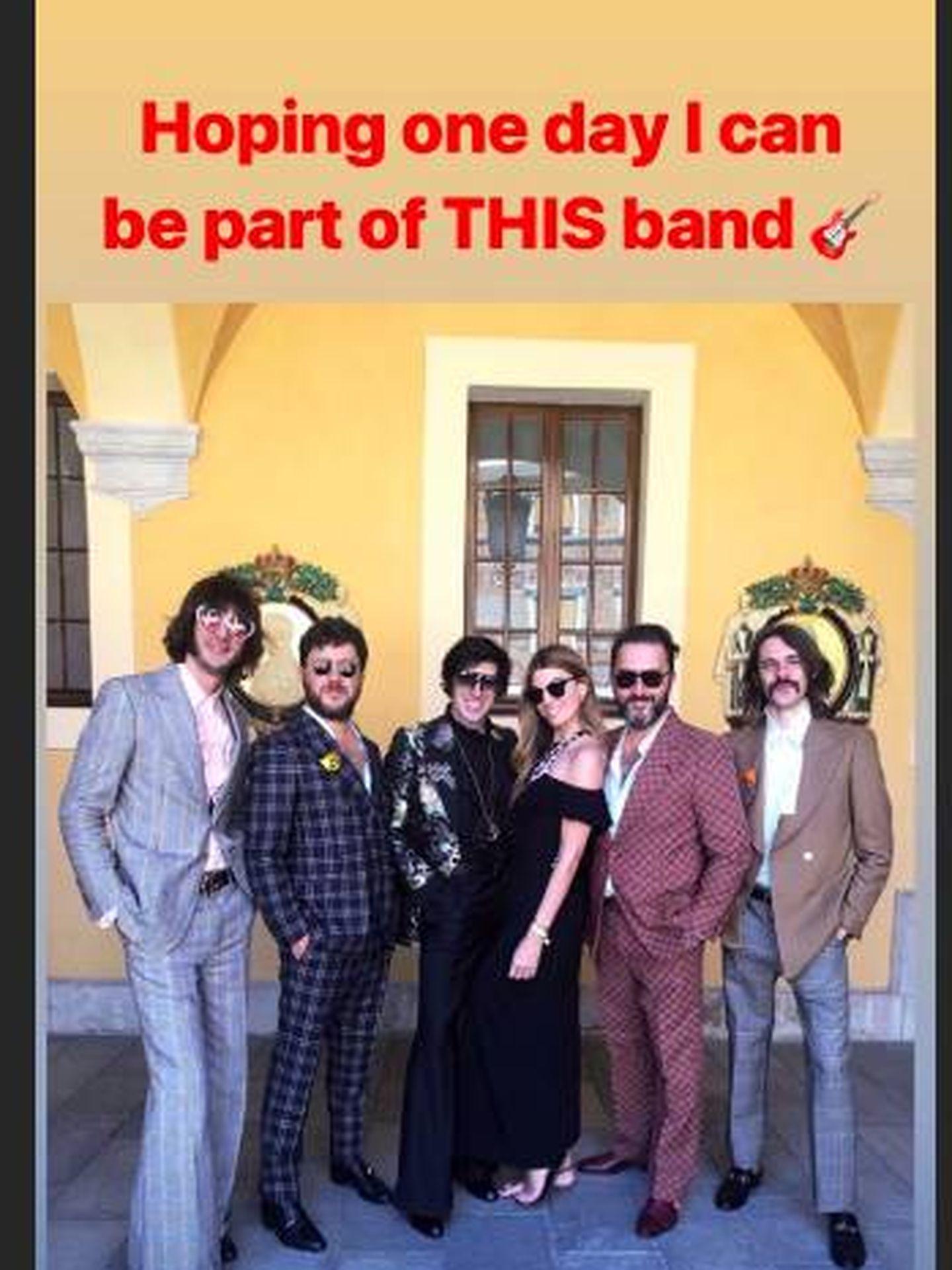 Bianca junto al grupo que ha actuado en la fiesta. (Instgram @biancabrandolini)
