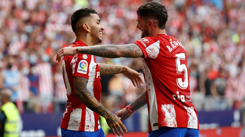 Correa celebra el gol con Rodrigo de Paul. (EFE)