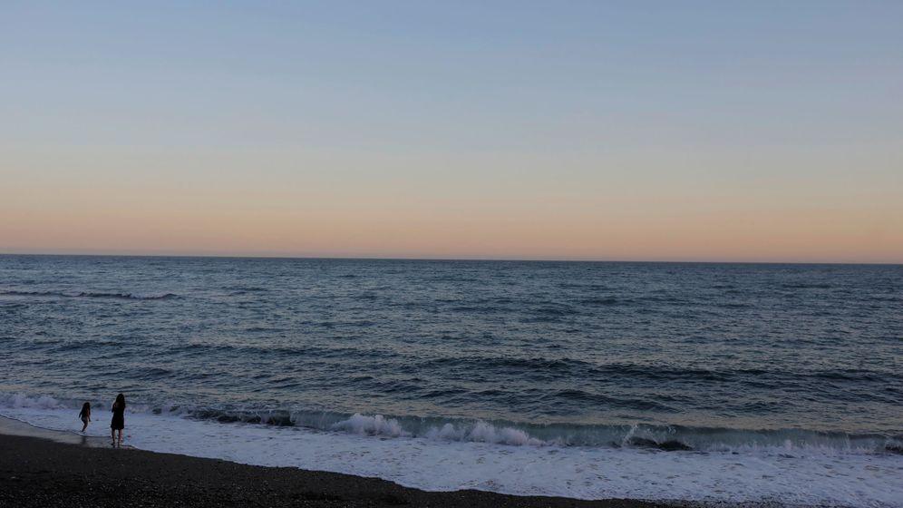 Foto: Atardecer en una playa de Málaga. (Reuters)