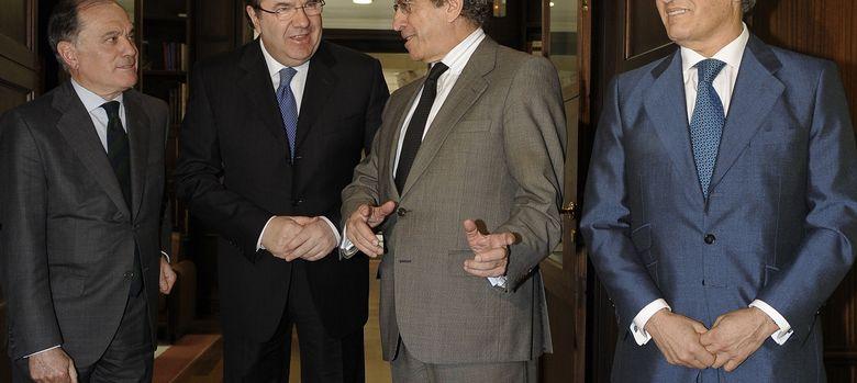 Foto: Juan Vicente Herrera (2i), Tomás Villanueva (i), el presidente de Unicaja, Braulio Medel (2d), y el de Caja España-Duero, Evaristo del Canto (d) (EFE)