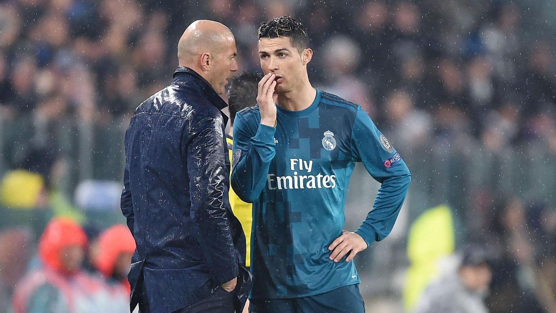 Zidane y Cristiano hablan durante el partido contra la Juventus en Turín para definir su estrategia. (EFE)