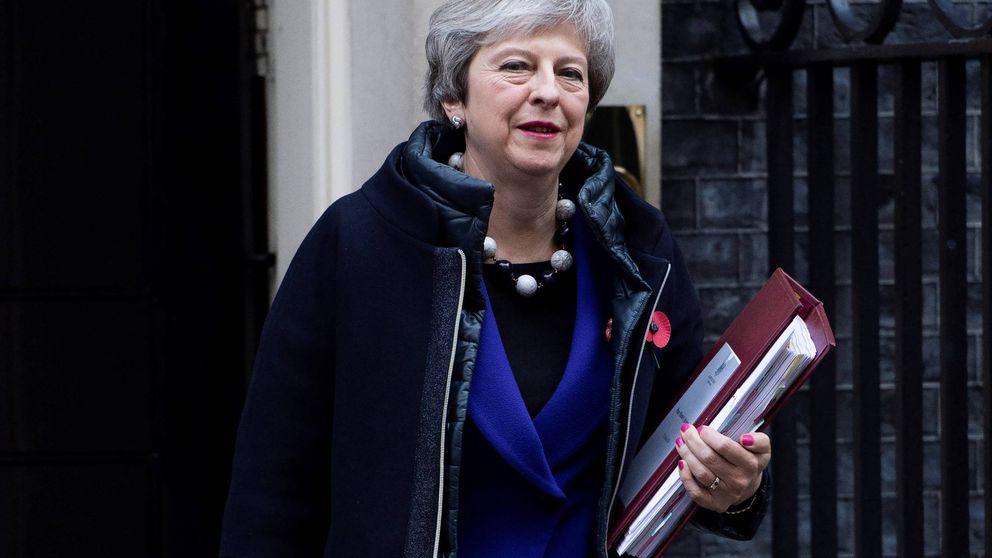 El significado tras el abrigo 'twofer' de Theresa May que cuesta 850 euros