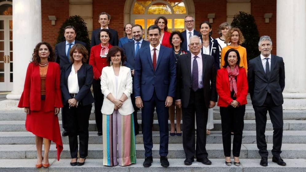 Foto: Pedro Sánchez con todos sus ministros en La Moncloa. (EFE)