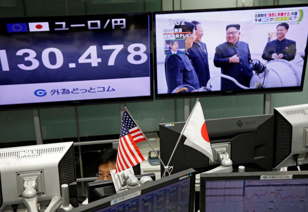 Foto: Un trader en la bolsa de Tokio mientras la televisión difunde noticias sobre el último ensayo nuclear norcoreano. (Reuters)