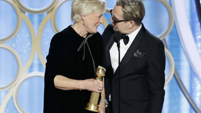 Glenn Close recogiendo su premio de manos de Gary Oldman. (Reuters)