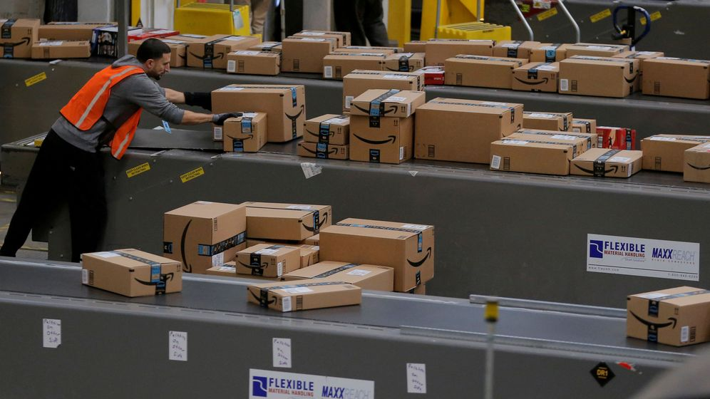 Foto: Un empleado de Amazon prepara paquetes para su envio. (Reuters)