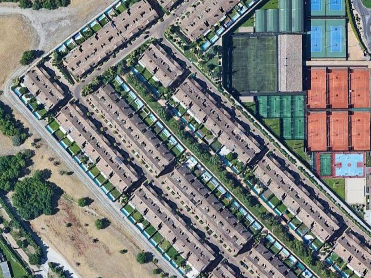 Foto: Grupo de viviendas de lujo de la urbanización La Finca donde su ubica la casa de 480 metros de los Fabra.