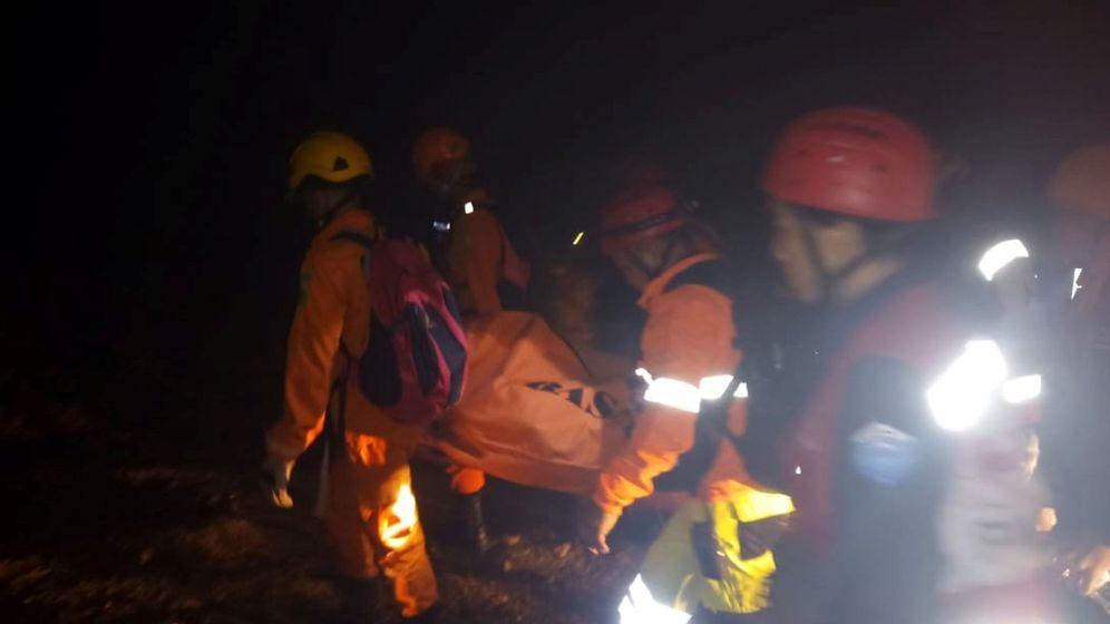 Foto: Equipos de rescate cargan el cuerpo de una víctima. (Reuters)