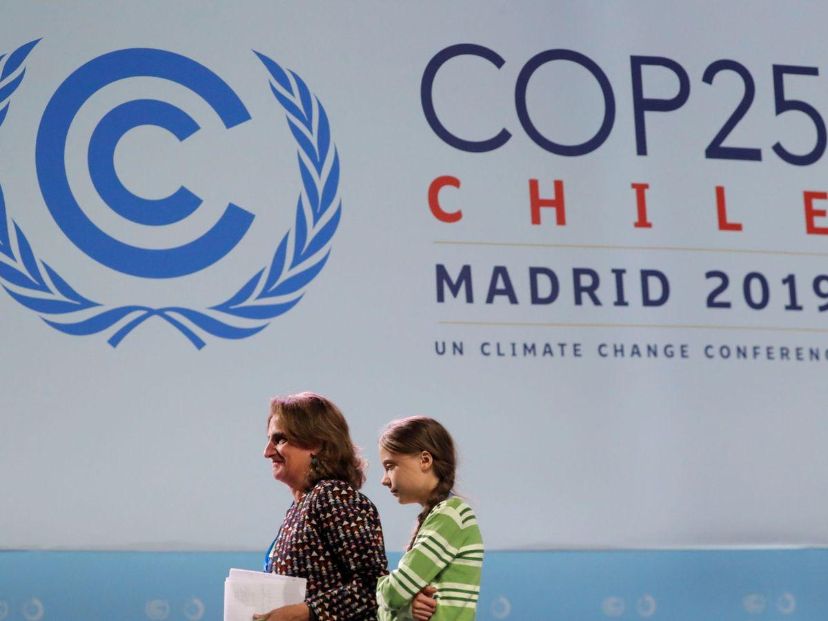 Foto: La ministra para la Transición Ecológica, Teresa Ribera, junto a la activista por el clima Greta Thunberg, en la COP. (Reuters)