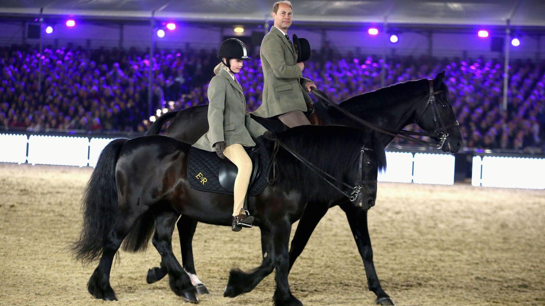Lady Louise, a caballo para las celebraciones del 90 cumpleaños de la reina Isabel. (Reuters)
