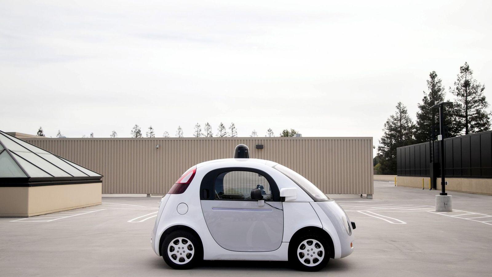 Foto: El coche autónomo de Google analiza el entorno con una tecnología diferente a la de Tesla. (Reuters)
