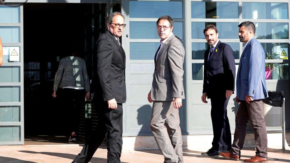 Foto: El presidente de la Generalitat, Quim Torra (i), y el director general de Prisiones de Cataluña, Amand Calderó (d), durante su visita este miércoles a Raül Romeva, Jordi Sànchez y Jordi Cuixart en la cárcel. (EFE)