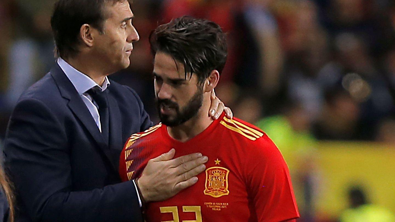 Lopetegui felicita a Isco durante un partido de la Selección. (Reuters)