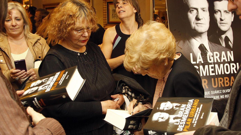 Pilar Urbano firmando autógrafos ayer (Gtres)