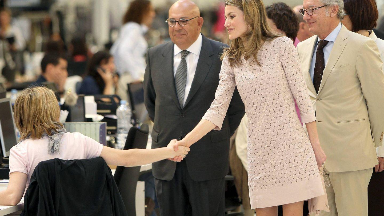 Los hermanos Andic acompañan a la reina Letizia durante una visita a Mango. (EFE)
