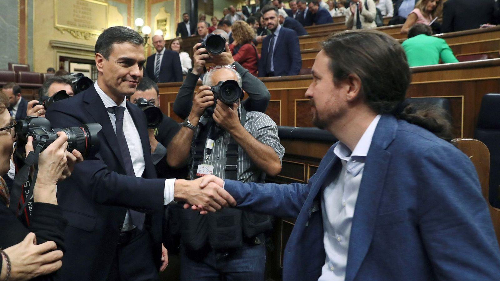 Foto: El secretario general del PSOE Pedro Sánchez, saluda al líder de Podemos Pablo Iglesias, en el hemiciclo del Congreso tras el debate de la moción de censura. (EFE)