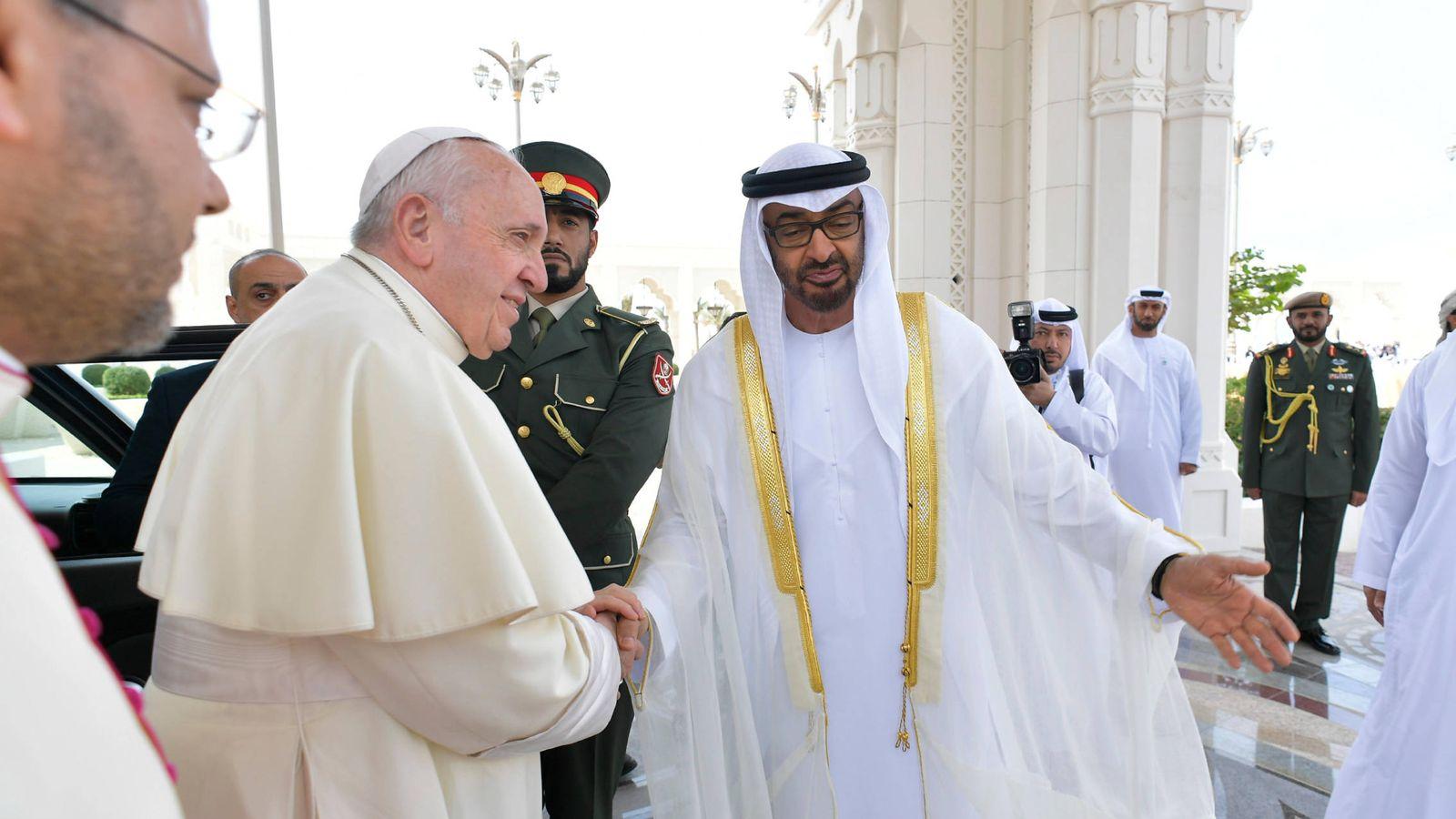 Foto: El papa Francisco saluda al príncipe heredero Mohamed bin Zayed Al Nahyan en Abu Dabi. (Reuters)