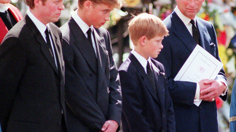 Charles Spencer con sus sobrinos y su cuñado, el príncipe Carlos, en el funeral de Diana de Gales. (Atresmedia)