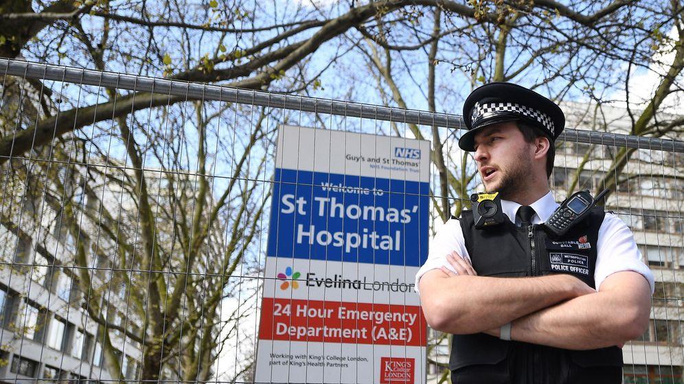 Foto: Un policía en el hospital en el que está ingresado Boris Johnson. (Reuters)