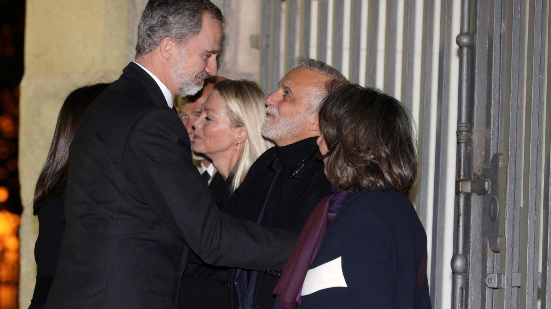 Los Reyes saludan a la familia de Plácido Arango a su llegada al funeral. (EFE)