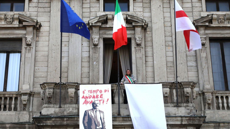 Pancarta en honor a Giovanni Falcone en Milán durante el anivesario de su asesinato. (EFE)