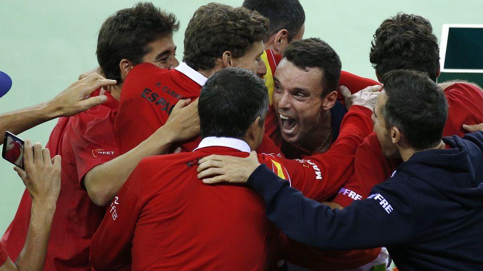 Foto: España celebra la victoria de Bautista (Reuters)