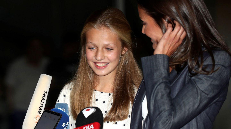 Leonor, hablando ante la prensa a las puertas del hospital. (EFE)