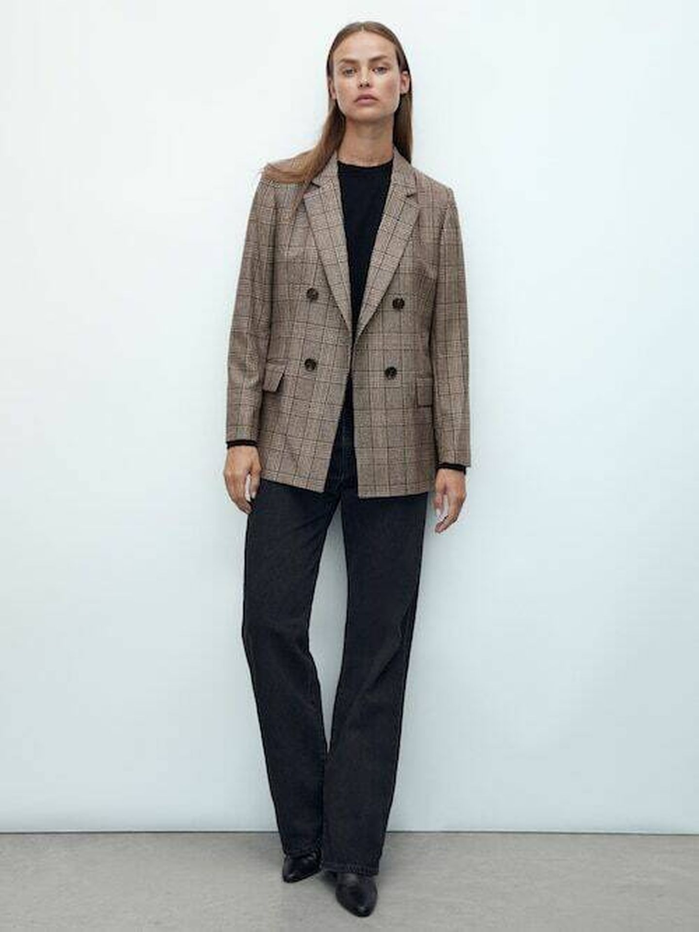 La elegante blazer de cuadros de Massimo Dutti. (Cortesía)
