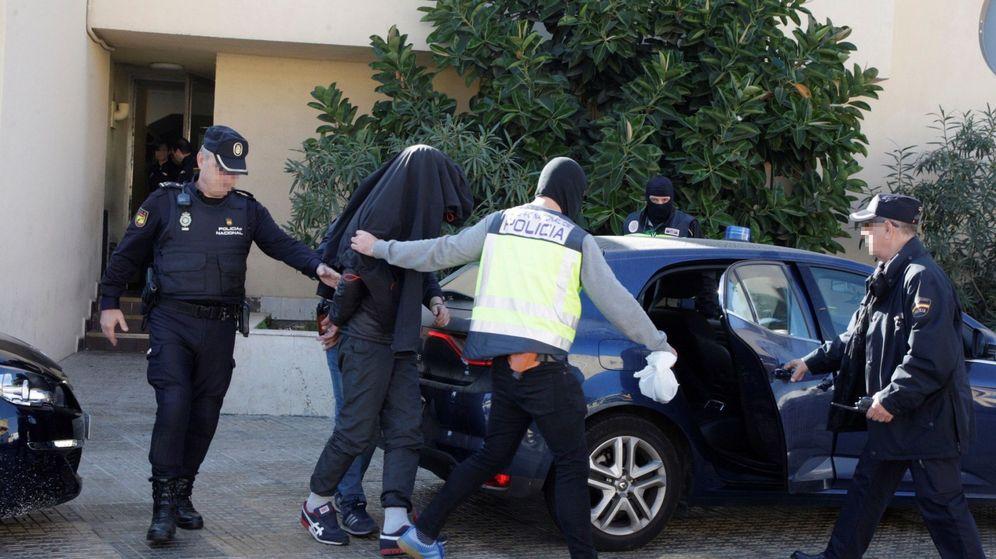 Foto: La Policía detiene a un joven en Melilla por su vinculación con Daesh el pasado noviembre. (EFE)