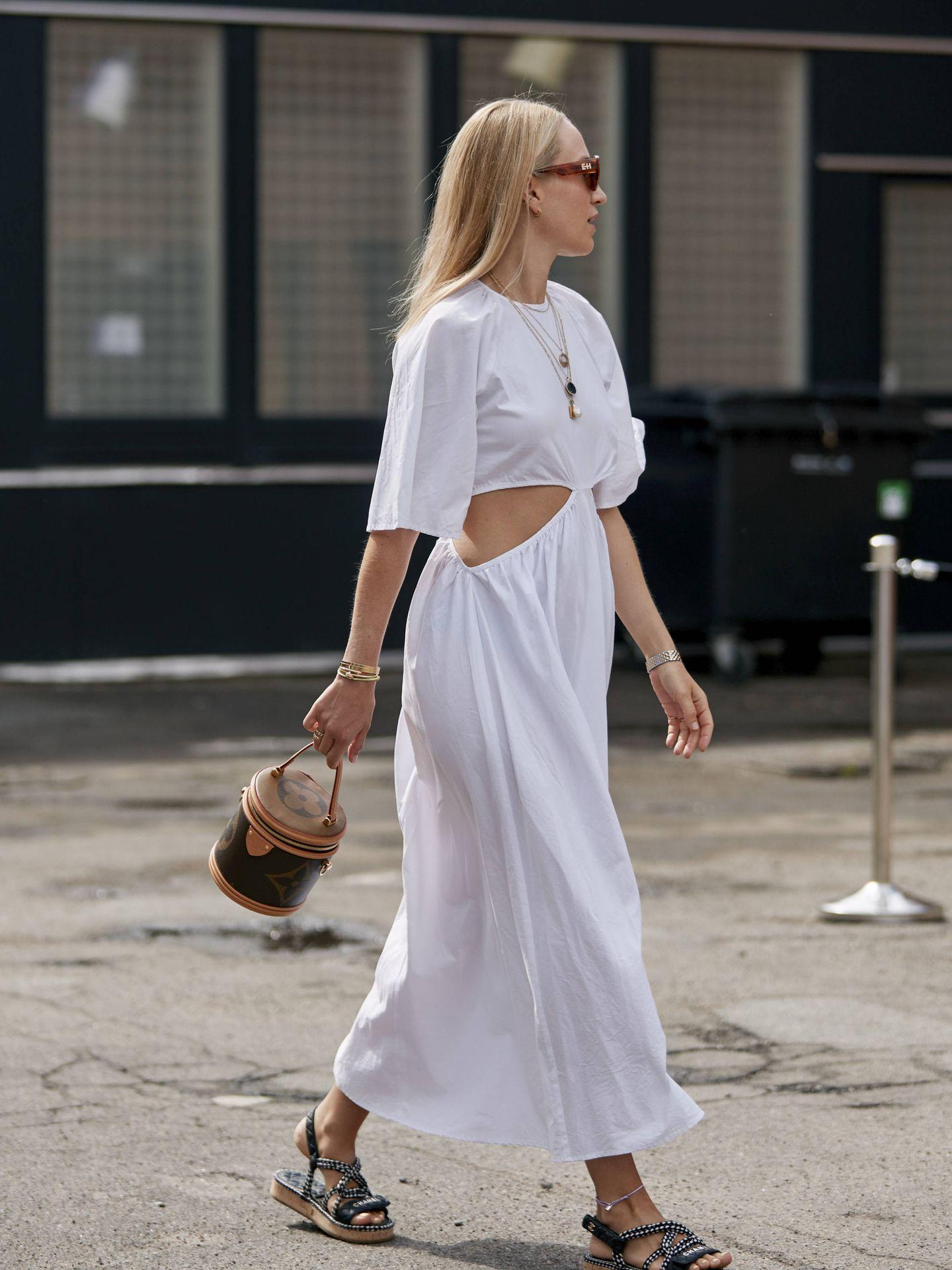 Un vestido blanco con aberturas. (Imaxtree)
