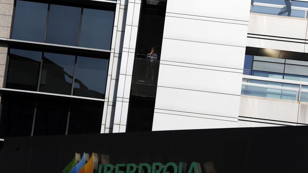Foto: Trabajadores en la sede de Iberdrola en Madrid. (Reuters)