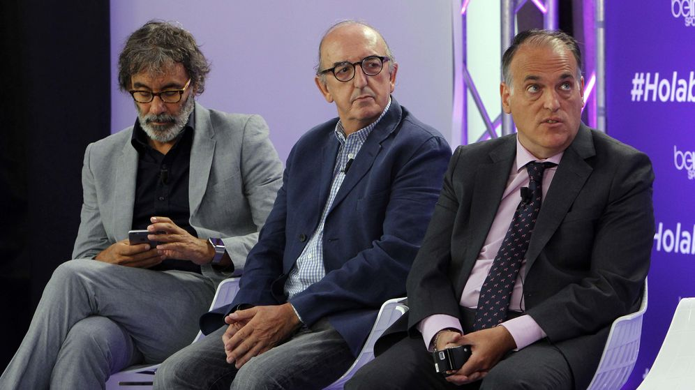 Foto: Tatxo Benet y Jaume Roures, máximos responsables de Mediapro, y Javier Tebas, presidente de LaLiga, en la presentación de beIN Sports. (EFE)