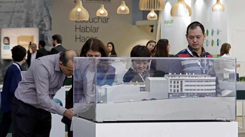 Foto: Imagen de archivo de varios visitantes en el salón inmobiliario de Barcelona Meeting Point (BMP)