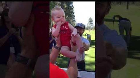 Justin Timberlake levanta un bebé como si fuera Rafiki del Rey León