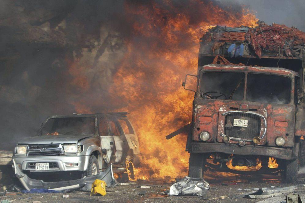 Foto: Vehículos quemados en Mogadiscio tras la explosión (EFE)