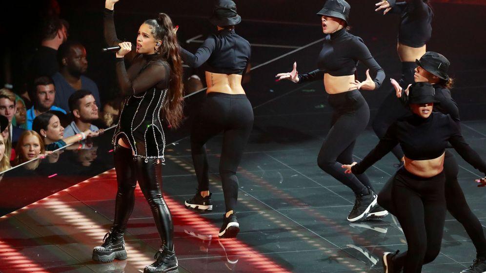 Foto: Rosalía actuando durante los MTV Video Music Awards. (Reuters)