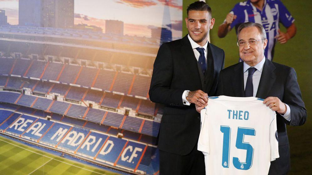 Foto: Theo Hernández posa con su nueva camiseta junto a Florentino Pérez (Reuters).