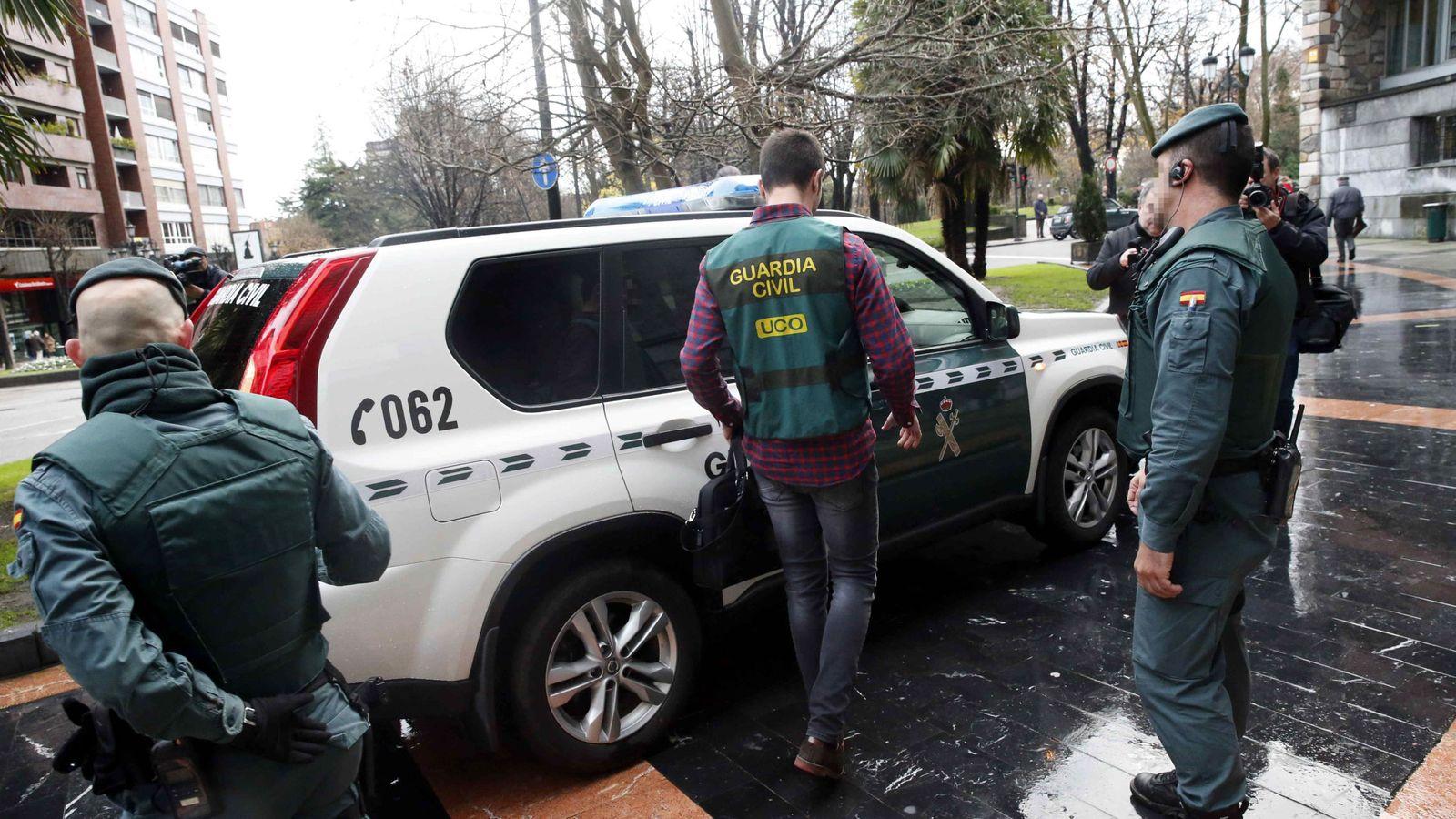 Foto: Agentes de la Unidad Central Operativa (UCO) de la Guardia Civil registran la sede del sindicato UGT, en Oviedo. (EFE)