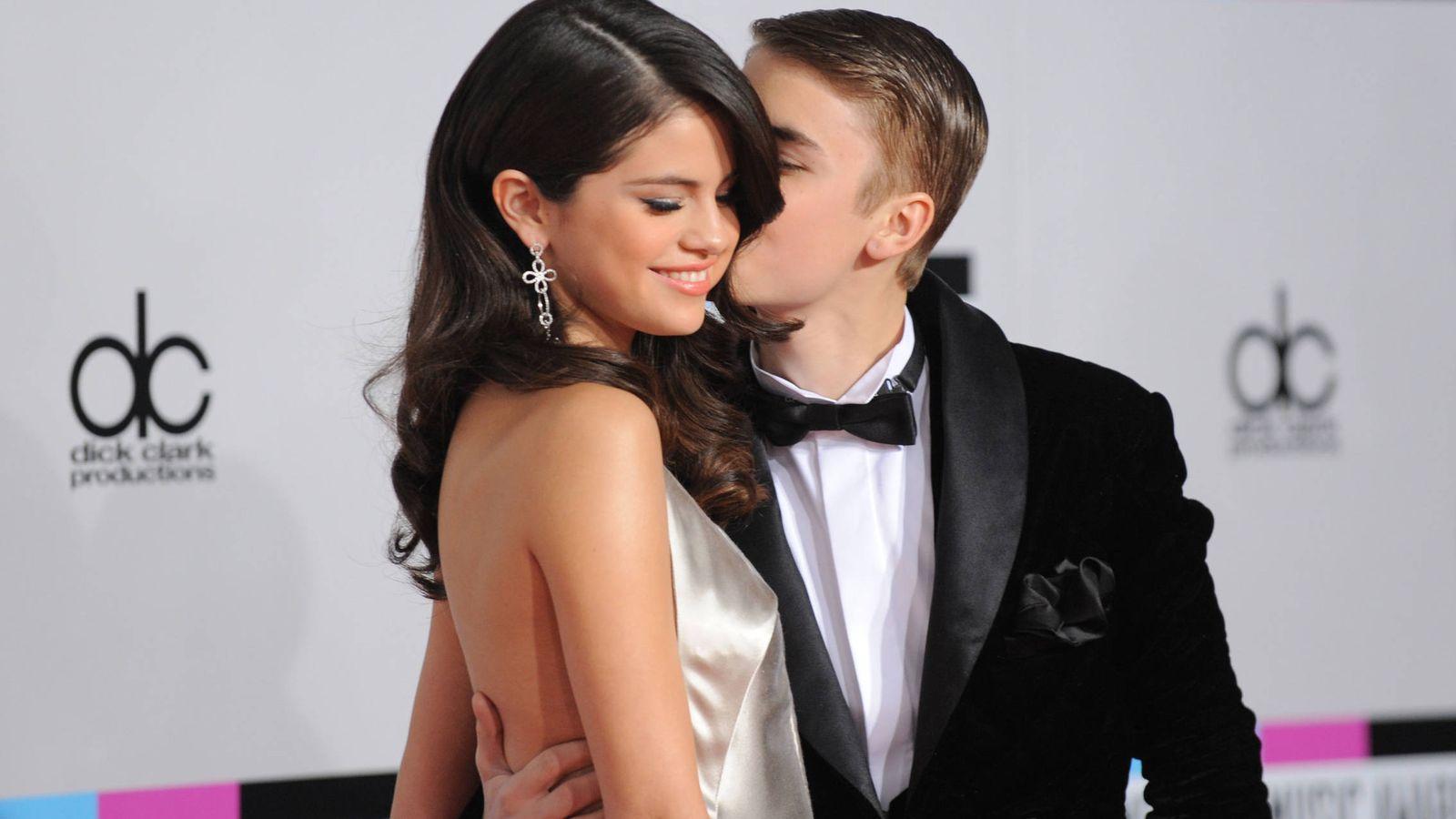 Foto: Selena Gomez y Justin Bieber, al comienzo de su relación. (Getty)