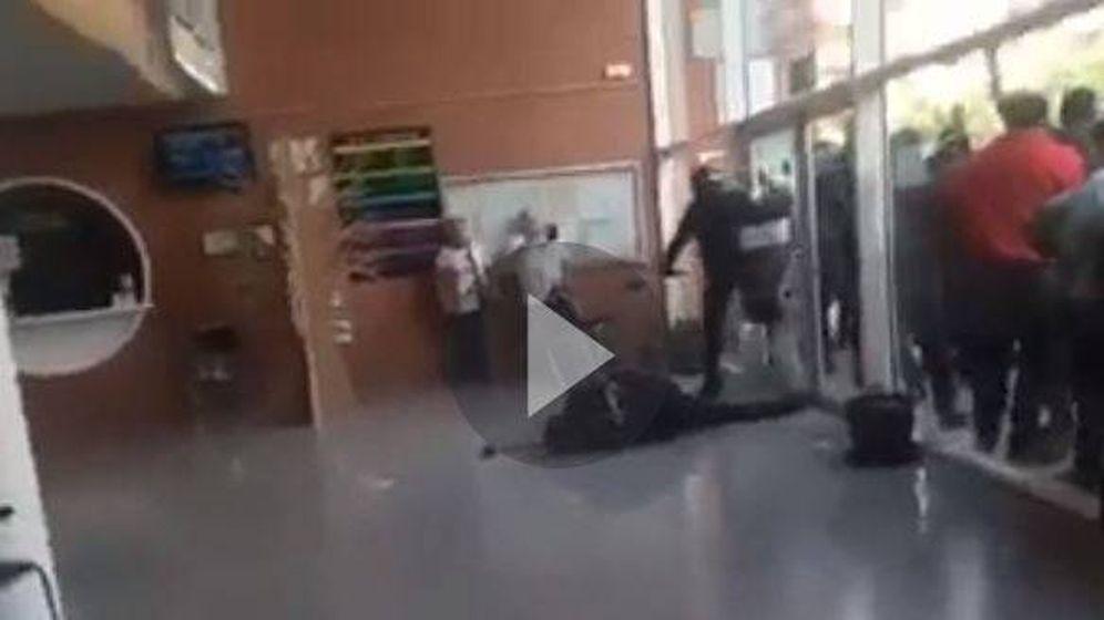 Foto: Agresión a policía en el colegio Ramon Llull de Barcelona