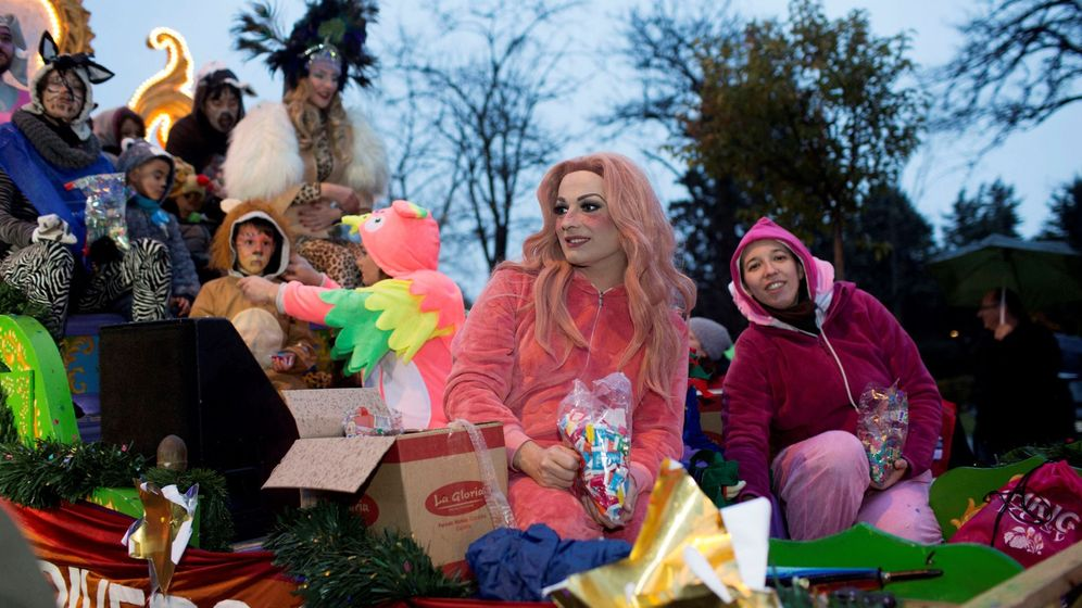 Foto: La 'drag queen' La Prohibida en la carroza del Orgullo Vallecano durante la cabalgata de Reyes. (EFE)