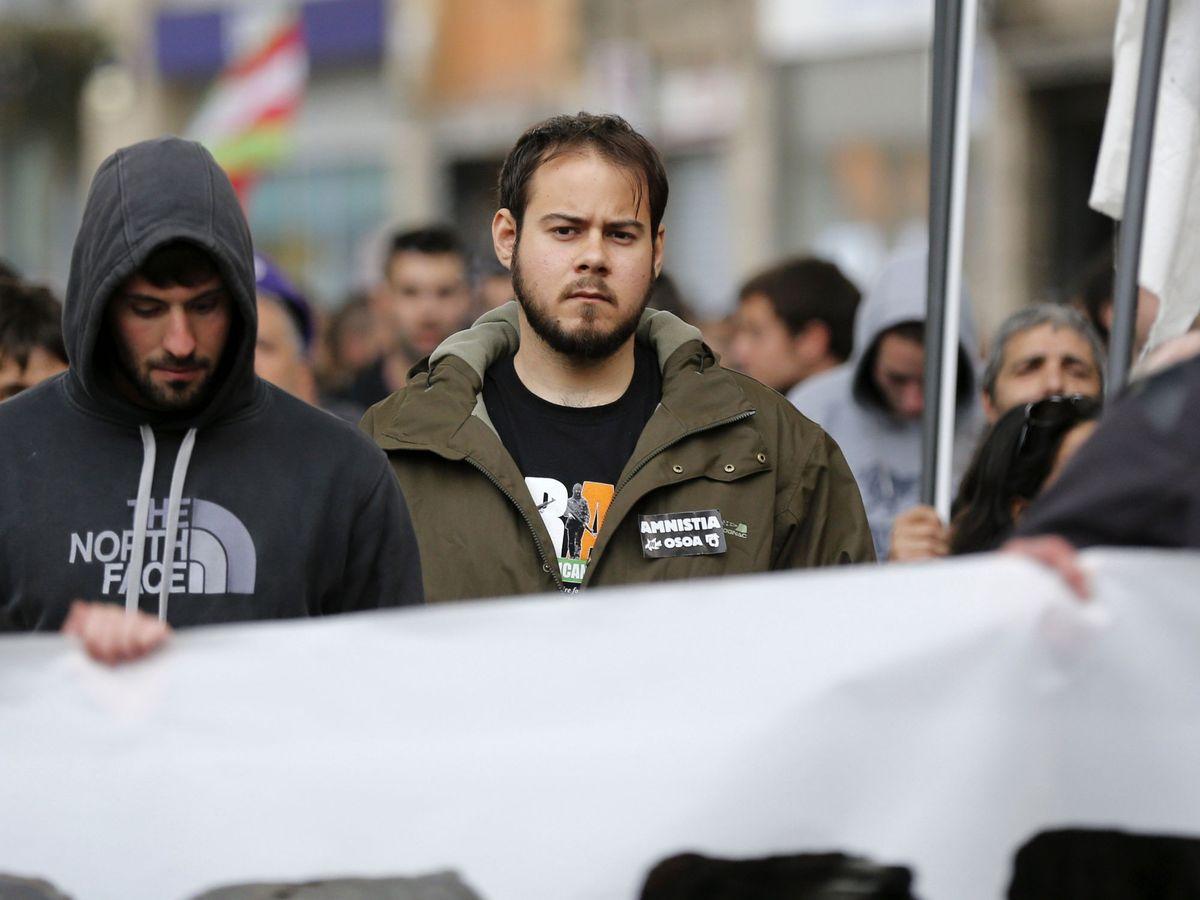 Foto: El rapero Pablo Hasél, en una manifestación a favor de los presos de ETA. (EFE)