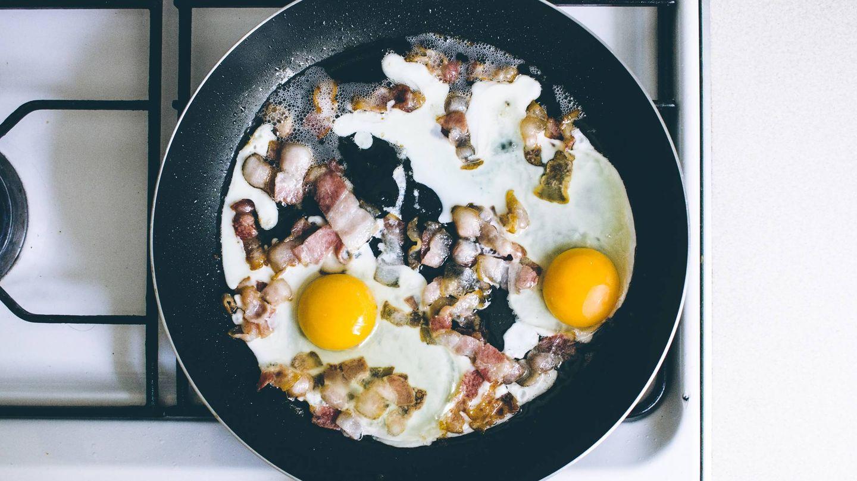 Huevos, beicon o aceite no se restringen en esta dieta. (Unsplash)