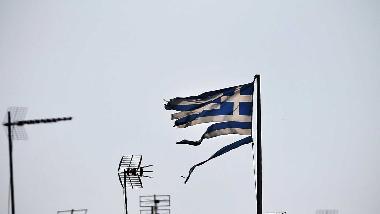 Foto: Una bandera de Grecia ondea en la ciudad de Atenas. (Reuters)