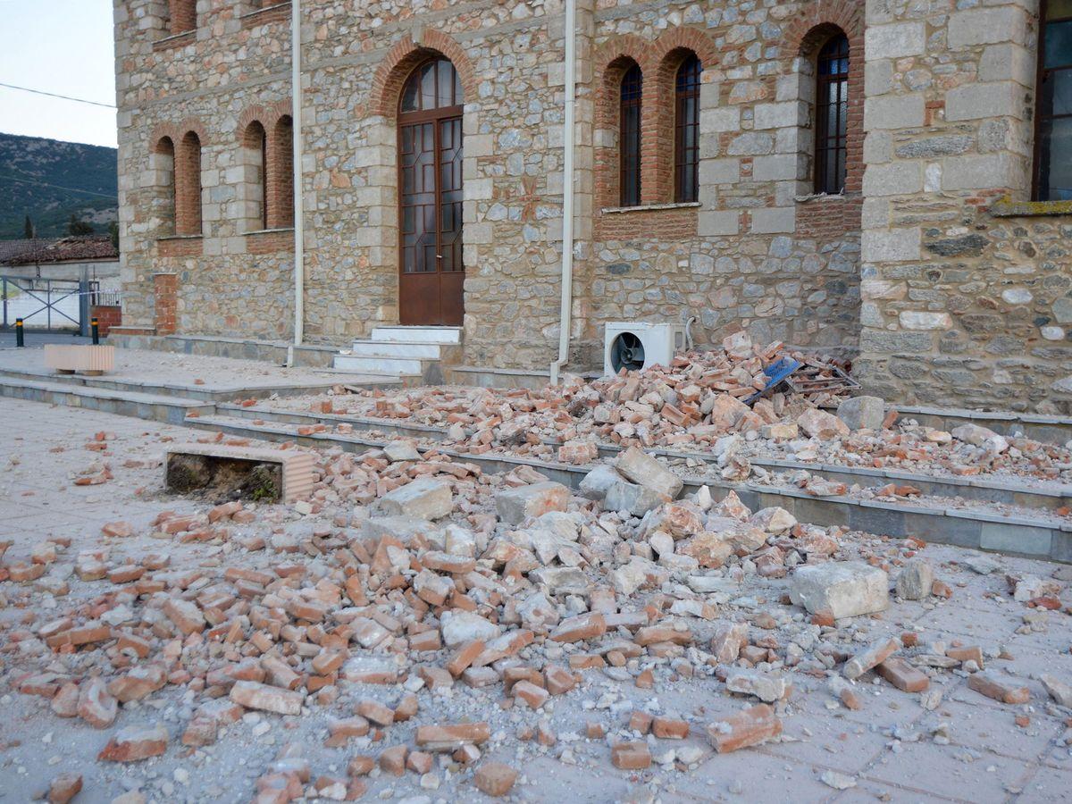 Foto: Los escombros de un edificio en Mesochori, tras el terremoto del 3 de marzo de 2021. (EFE)