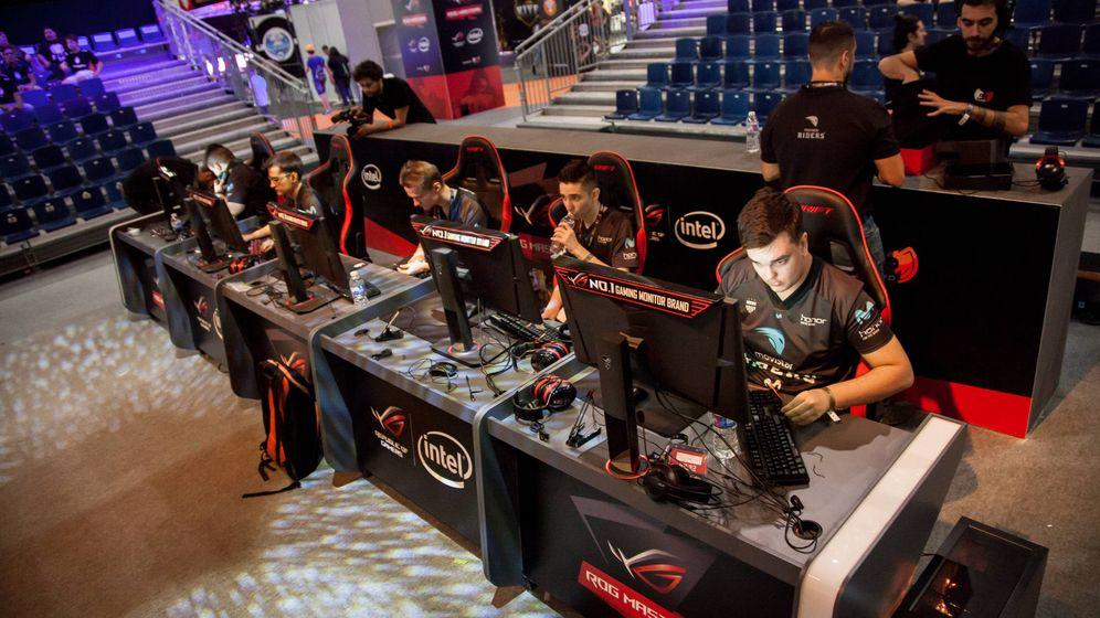 Foto: El equipo de CS:GO, durante un torneo. (Movistar Riders)